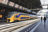 Intercity Train in a Platform at Central Station, Amsterdam, Netherlands, Europe Reproduction photographique par Amanda Hall