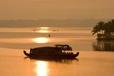 Houseboat at Dusk in Ashtamudi Lake, Kollam, Kerala, India, Asia Impressão fotográfica por Balan Madhavan