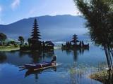 Man in Boat Rowing and Hindu Temples at Lake Bratan, Pura Ulu Danau, Bali Reproduction photographique par Alain Evrard