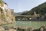 Ashrams on Banks of River Ganges, Lakshman Jhula, Rishikesh, India Impressão fotográfica por Tony Waltham
