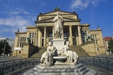 Statue of Friedrich Schiller and the Schauspielhaus, Gendarmenmarkt, Berlin, Germany Impressão fotográfica por Hans Peter Merten