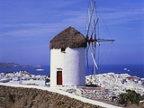 Windmill and View of Mykonos by the Coast, Cyclades, Greece Impressão fotográfica por Hans Peter Merten