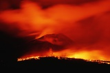 Lava Spilling from Kilauea at Night Fotografisk tryk af Roger Ressmeyer