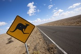 Kangaroo Crossing Sign in the Australian Outback Fotografisk tryk af Paul Souders