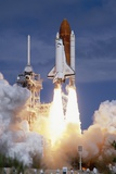 Space Shuttle Discovery Lifting Off 写真プリント : ロジャー・レスマイヤー