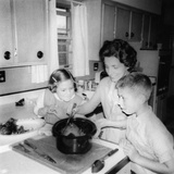 Mom Prepares Dinner with the Kids Watching, Ca. 1962 Impressão fotográfica
