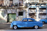 Blue Vintage American Car Parked on a Street in Havana Centro Reproduction photographique par Lee Frost