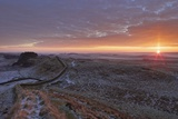 Sunrise and Hadrian's Wall National Trail in Winter Reproduction photographique par Peter Barritt