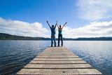 Couple on a Jetty at Lake Ianthe, West Coast, South Island, New Zealand, Pacific Fotografisk trykk av Matthew Williams-Ellis