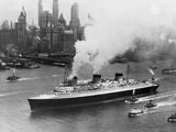 SS Normandie in New York Harbor Impressão fotográfica