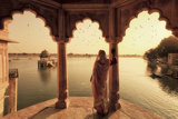 India, Rajasthan, Jaisalmer, Gadi Sagar Lake, Indian Woman Wearing Traditional Saree Outfit Fotografisk tryk af Michele Falzone