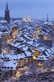 Snow-Covered Roofs of the Old Town of Bern, Switzerland Fotografie-Druck von Peter Klaunzer