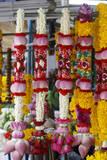 Thai Flower Garlands at a Flower Garland Market in Bangkok, Thailand Fotografie-Druck von Barbara Walton