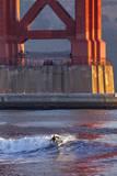Surfing under the Golden Gate Bridge, San Francisco, California, USA Stampa fotografica di Chuck Haney