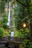 Walkway leading to Multnomah Falls, Columbia River Gorge, Oregon, USA Fotografisk trykk av Brian Jannsen