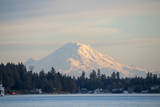 USA, Washington State, View of Mount Rainier. Fotografisk trykk av Trish Drury