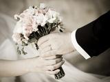 Groom Handing Wedding Bouquet to Bride Lámina fotográfica por  melis