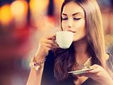 Beautiful Girl Drinking Tea or Coffee in Café Fotografie-Druck von Subbotina Anna