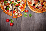 Delicious Italian Pizzas Served on Wooden Table Reproduction photographique par  Jag_cz