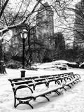 A Bench and Lamppost Snow in Central Park Impressão fotográfica por Philippe Hugonnard