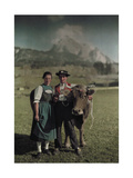 Swiss Natives Pose for an Informal Picture with their Cow Fotografisk tryk af Hans Hildenbrand