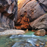 The Virgin River Rushing Through the Narrows in Zion National Park 写真プリント : Keith Ladzinski