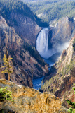 The Spray from the Lower Falls of the Yellowstone River Fully Lit by the Mid-September Sun 写真プリント : トム・マーフィ