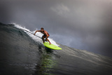 Riding a Big Swell on a Paddleboard in Waipi'O Bay Reproduction photographique par Chris Bickford