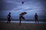 Young Men Play Soccer on Copacabana Beach in Rio De Janeiro Fotografisk trykk av Chris Bickford