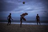 Young Men Play Soccer on Copacabana Beach in Rio De Janeiro Impressão fotográfica por Chris Bickford
