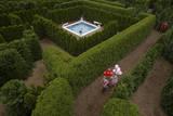 Young Girls Run with Balloons Through the Garden Maze at Luray, Virginia Lámina fotográfica por Sartore, Joel