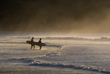 Surfers Make their Way to the Ocean Camburi Beach at Sunrise Impressão fotográfica por Alex Saberi