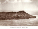 Pan American Clipper over Waikiki, Hawaii, 1935 Plakater af Clyde Sunderland