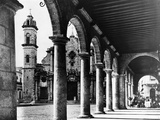 A View of Havana's Old Cathedral Plaza Is Framed by the Magnificent Arches of an Adjoining Building Fotografie-Druck