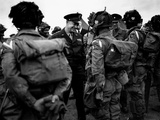 General Eisenhower Talks with Paratroopers of the 101st US Airborne Before D-Day Foto