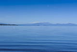 The Blue Waters of Lake Taupo with the Tongariro National Park in the Background Impressão fotográfica por  Michael