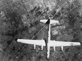 American B-29 Super Fortress Bomber over Nakajima Aircraft Co. Foto