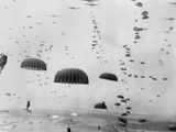 Allied Aircraft Drop Paratroopers into German Held Netherlands Foto