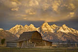 The Moulton Barn on Mormon Row Stands before a Fiery Sunrise in Grand Teton National Park, Wyoming Impressão fotográfica por Mike Cavaroc