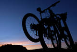 A Silhouette of Two Mountain Bikes on Car Rack in Red Rock Canyon in Nevada Lámina fotográfica por Brett Holman