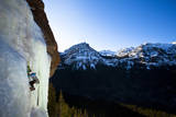 A Male Ice Climber Climbs over Easy (Wi3) in Hyalite Canyon in Montana Fotoprint van Ben Herndon