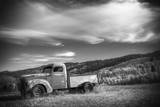 Black and White Photo of a Vintage Truck in a Rural Field in Wyoming Reproduction photographique par Patrick Brandenburg