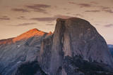 Half Dome at Sunset in Yosemite National Park in California's Sierra Nevada Mountain Range Fotografisk trykk av Sergio Ballivian