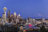 USA, Washington State, Seattle, Downtown and Mt. Rainier at Twilight Fotografisk trykk av Rob Tilley