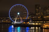 USA, Washington, Seattle. Seattle Great Wheel at Night on Pier 67 Reproduction photographique par Trish Drury