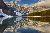 Snow Clings to Shoreline of Mountain Lake Fotografisk trykk av Ascent Xmedia