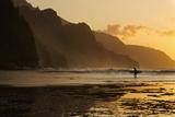 Surfer on Beach and Na Pali Coast Seen from Ke'e Beach, Ha'ena, Kauai, Hawaii Fotografisk trykk av Enrique R Aguirre Aves