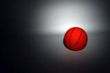 A Basketball in Spot Light Fotografisk trykk av  Visage