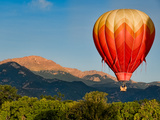 Hot Air Balloon Flies by Pikes Peak Fotografisk trykk av Christopher Coleman