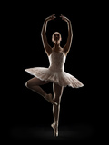 Ballerina in Releve Pose Impressão fotográfica por Lewis Mulatero